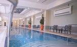 Se não quiserem ficar no sol, podem aproveitar a piscina interna que é aquecida. Afinal, agora é inverno no Qatar e as temperaturas variam de 16 a 25 ºC. Longe de ser uma temperatura fria para os brasileiros, mas para lá a história é outra. O País é quente e o verão dura quase o ano todo, com temperaturas de superam os 40 ºC