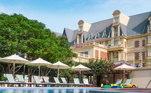 Os palmeirenses provavelmente não terão muito tempo para aproveitar toda estrutura do hotel... mas tem duas piscinas externas, spa, lugares para recreação