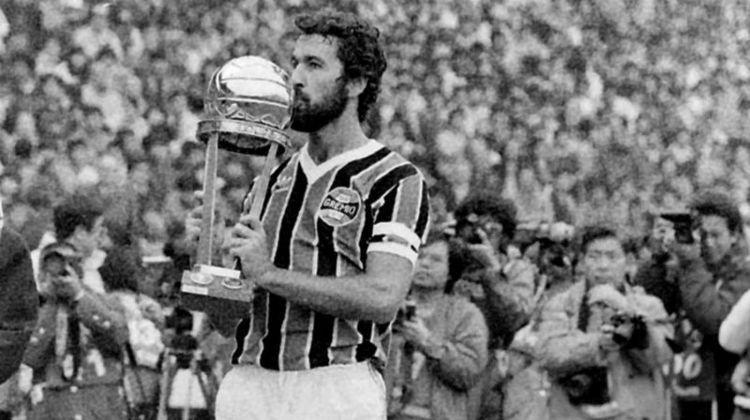 Hugo de León também foi o último estrangeiro que comandou o Grêmio, em uma passagem mais recente, no ano de 2005. O uruguaio também foi jogador do Imortal, na década de 1980.