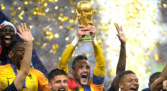 Hugo Lloris se tornou o quarto goleiro na história a levantar o troféu da Copa