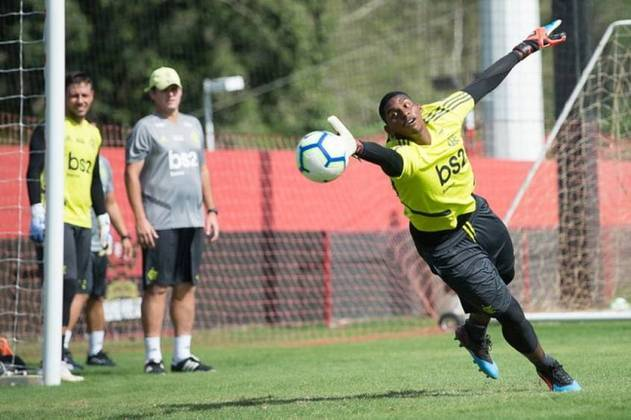 Hugo Souza, o Neneca, é goleiro do Flamengo e vem dando o que falar desde que assumiu a meta no lugar de Diego Alves. Ele tem 21 anos, seu contrato com o Rubro-Negro vai até 30 de setembro de 2023 e seu valor é de 500 mil euros (R$ 3,3 milhões).