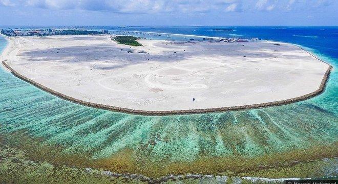 A ilha artificial de Hulhumalé foi construída usando milhões de metros cúbicos de areia bombeada do fundo do mar