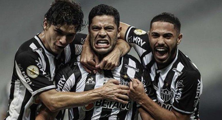 Hulk se aproveitou do recuo do Corinthians. Marcou os dois gols da virada do Atlético em Itaquera