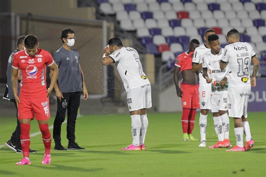 Os jogadores se ressentindo do gás lacrimogêneo. Inacreditável o jogo seguir até o fim