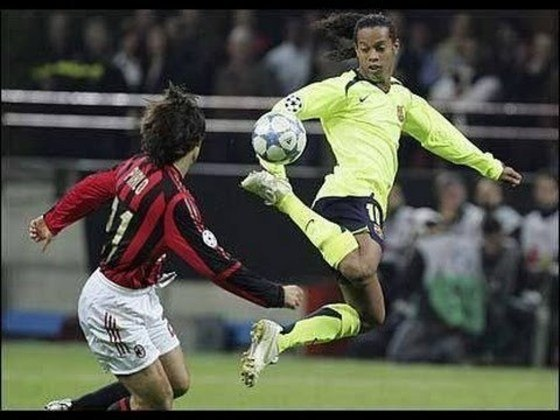 Humilhando marcadores do Milan - Na Liga dos Campeões 2005/2006, o brasileiro teve dia inspirado contra o Milan, no San Siro, e chamou todo mundo para dançar.