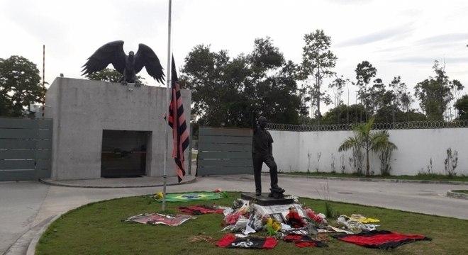 Homenagens às vítimas em frente ao Ninho do Urubu