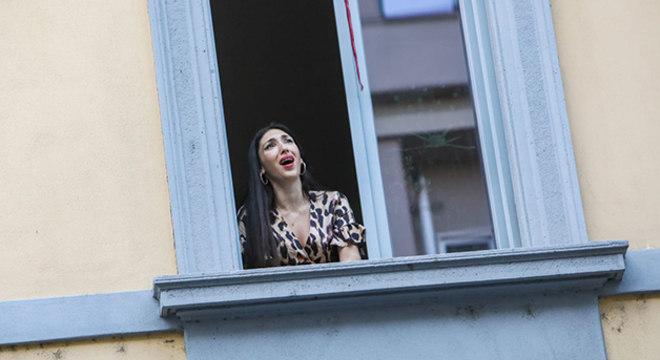 Mulher cantando em sua varanda na Itália © Mairo Cinquetti/NurPhoto via Getty Image