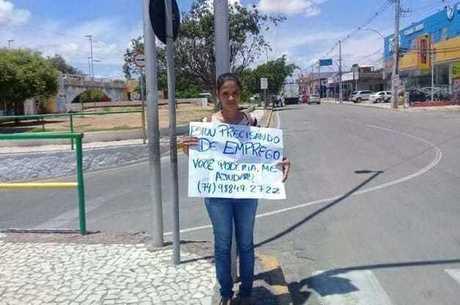 Maryane no semáforo com seu cartaz…