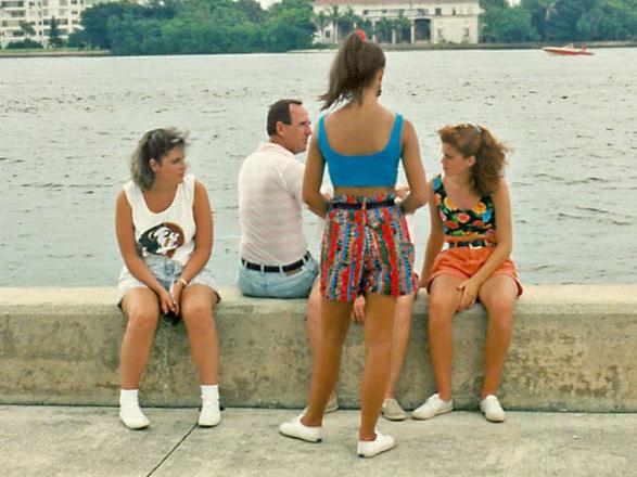 A juventude nos anos 90 apostava em looks despretensiosos e confortáveis. Seja usando camisetas largas ou blusas justas, shorts jeans ou bermudões coloridos, o estilo deixou marcas na nossa memória