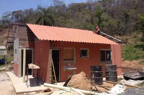 Casa construída com rejeito de lama