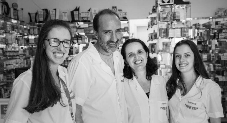 O documentário mostra as relações de afeto entre farmacêuticos e seus atendidos