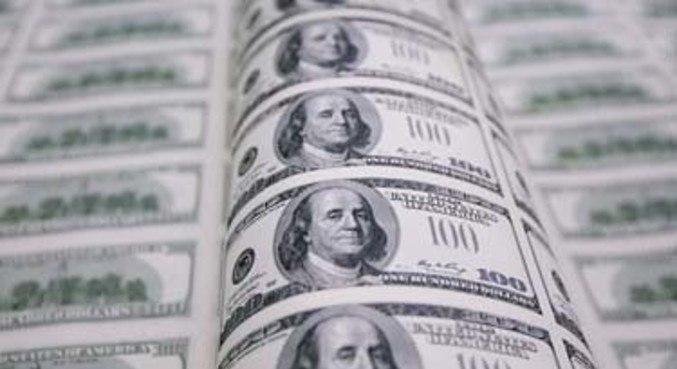 Dólar abre a semana em alta contra o real