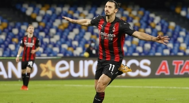 Ibra faz dois gols na vitória do Milan por 3 a 1 sobre o Napoli, neste domingo (22)