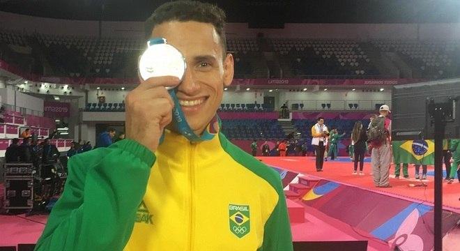 Icaro Miguel faz o gesto característico em suas comemorações, cobrindo seu olho com uma medalha.