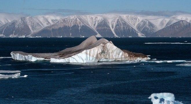Derretimento de geleiras na Groenlândia gera novos icebergs no oceano