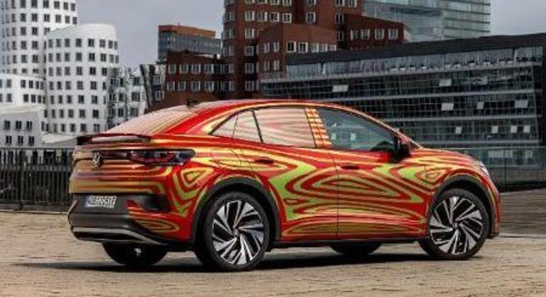 No visual o carro chama atenção na dianteira pelos faróis IQ. Light de matriz de LED que geram um facho alto controlado inteligente