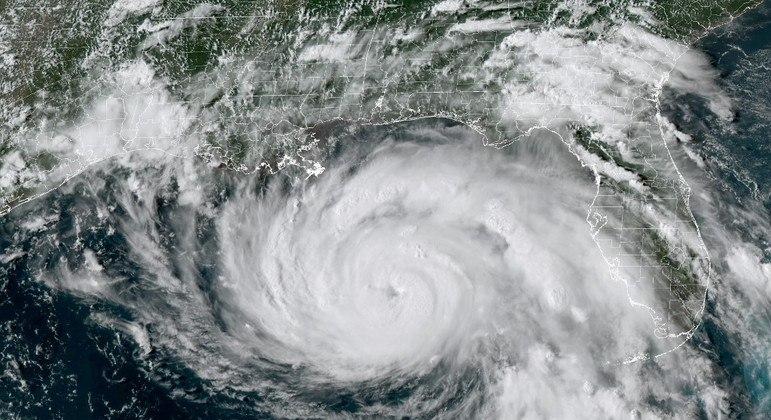 Imagem de satélite mostra o furacão ao se aproximar da costa norte-americana no sábado