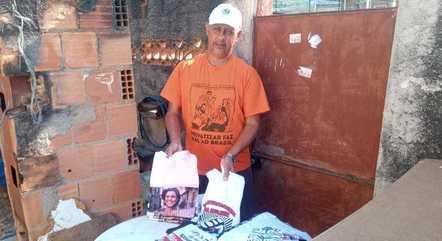 Idison, ambulante que faz camisetas temáticas