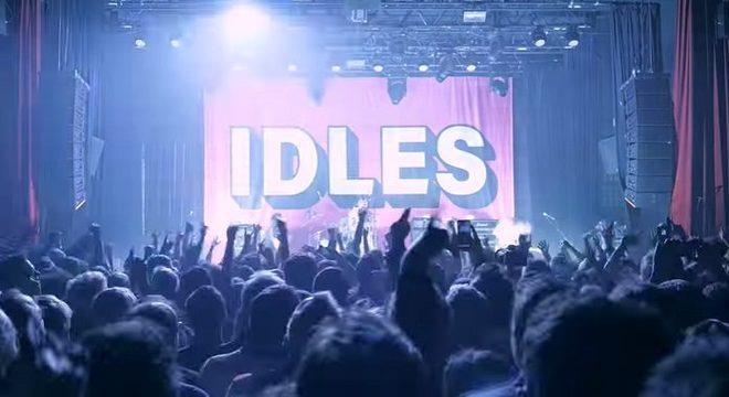 """IDLES anuncia disco ao vivo no Bataclan e lança clipe de """"Mother""""; assista"""