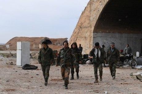 Soldados leais ao líder sírio, Bashar al-Assad, em Idlib