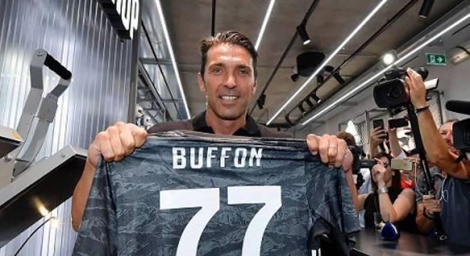 Ídolo da Juventus e campeão do mundo em 2006, o goleiro Buffon se aproxima da aposentadoria. O experiente jogador sempre foi símbolo de exemplo e liderança.