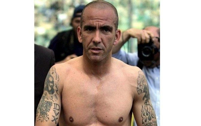 Ídolo do futebol italiano, o ex-atacante Paolo Di Canio tatuou em seu braço os dizeres em latim DVX, que significa Líder, que é uma homenagem ao ditador Benito Mussolini, criador do movimento fascista