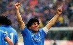 Ídolo do Napoli, Maradona foi homenageado muito antes de sua morte: desde 1991 a camisa 10 não é autorizada a outro jogador. Ele ganhou dois Scudettos pelo clube, além de outros títulos.
