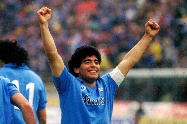Ídolo do Napoli, Maradona foi homenageado muito antes de sua morte: desde 1991 a camisa 10 não é autorizada a outro jogador. Ele ganhou dois Scudettos pelo clube, além de outros títulos