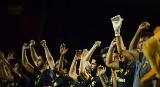 Ídolos do Leão participaram de jogo festivo ao lado de torcedores, na noite desta segunda-feira (18)