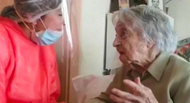 A idosa contraiu a doença no asilo onde morava