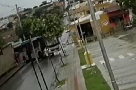 Vítima foi atingida quando atravessava a rua