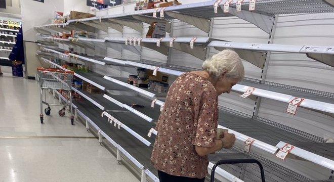 Vídeo de idosa chorando ao ver prateleiras vazias viralizou nas redes sociais