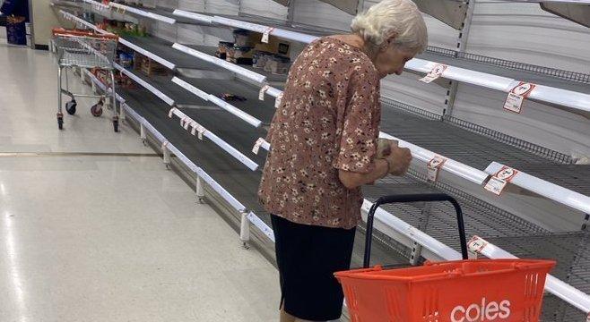 Choro de idosa diante de prateleira vazia comoveu a internet