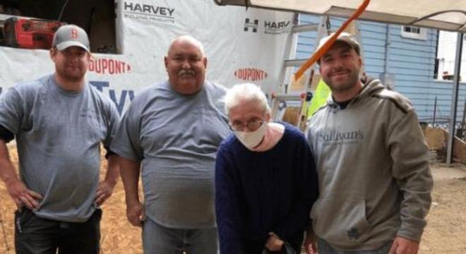 Voluntários se juntaram ao eletricista para reformar a casa da idosa
