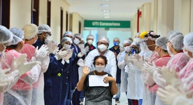 Surpresa emocionou paciente curada da covid-19