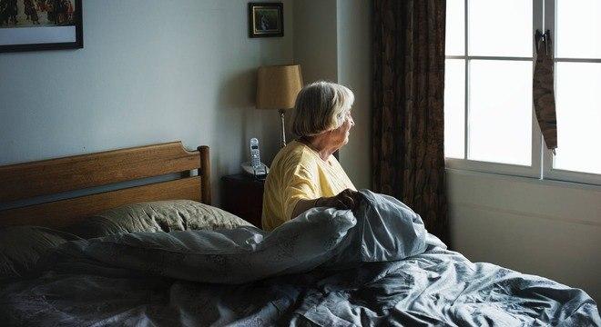 A cama não pode ser alta nem baixa e o criado-mudo deve ser fixo para apoio