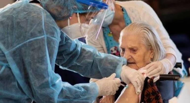 Idosa é vacinada contra a covid-19 em Atenas, na Grécia