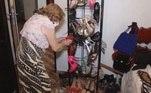 Vaidosa, dona Leninha tem uma coleção de sapatos de salto alto, com dezenas de sandálias