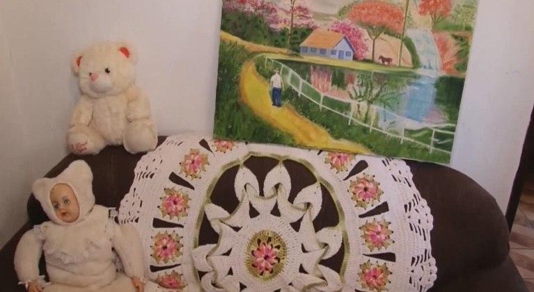 Ela faz questão de se produzir até mesmo para fazer bordados ou pintar quadros em casa
