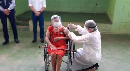 Idosa é vacinada contra a covid-19 no interior de MG