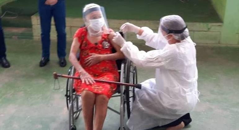 Vacinação em idosos com mais de 89 anos de idade começou em BH
