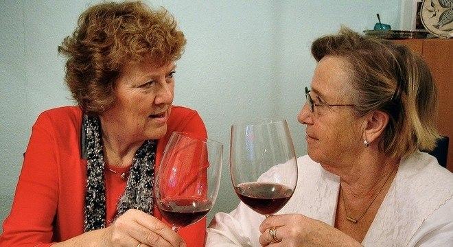 Cerca de 10% das pessoas acima dos 65 anos exageram no consumo do álcool