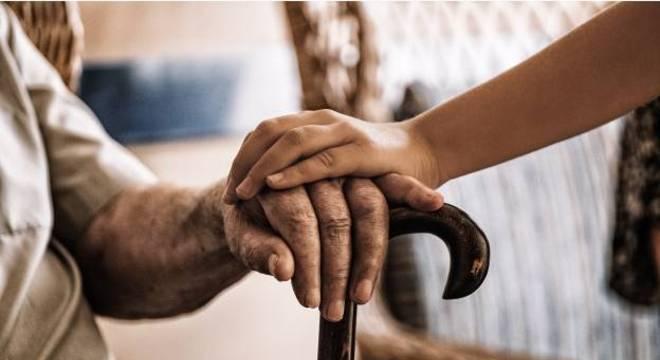 Por outro lado, idosos correm maior risco de solidão e sofrimento psicológico
