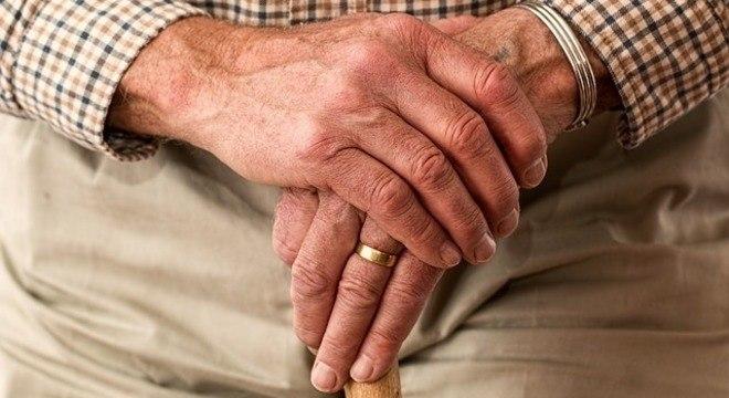 Cuidadores auxiliam nas refeições, no banho e na hora de tomar remédios