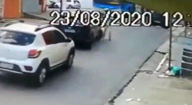 Uma câmera de segurança próxima ao local flagrou o momento do atropelamento