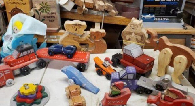 Os mais diversos tipos de brinquedos foram feitos pelo casal de idosos