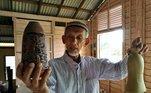 Um senhor da Malásia tem o estranho hábito de colecionar garrafas encontradas na praia. Começou como uma ajuda à natureza e se tornou um longo hobby