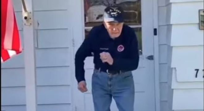 Chuck dança na varanda da casa