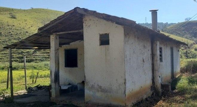 Casebre onde viviam o idoso e sua mãe era repleto de precariedades
