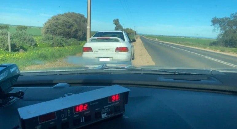 Idoso perdeu carta e foi multado após dirigir a 182 km/h em estrada australiana